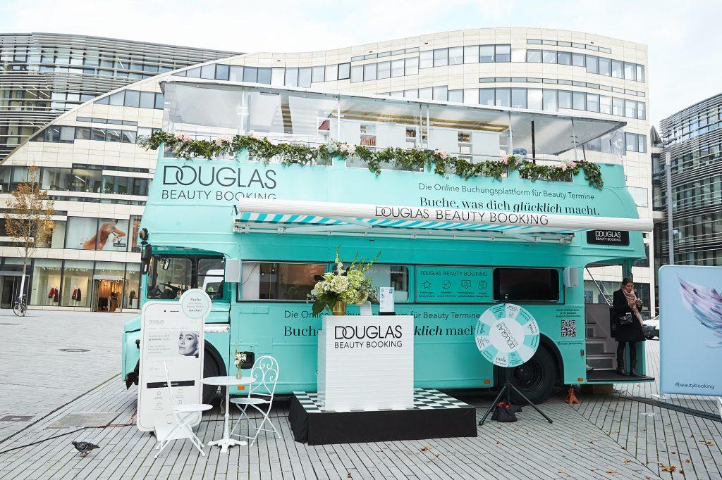 Douglas Beauty Booking kommt nach Düsseldorf und launcht als Deutschlandpremiere einen Beauty-Bus